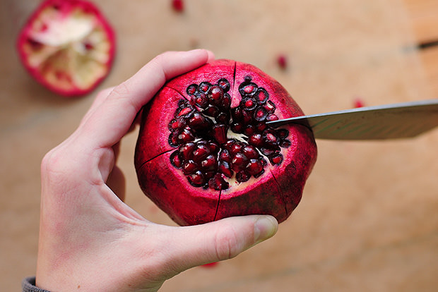 Remove pomegranate seeds (without dying your hands red)