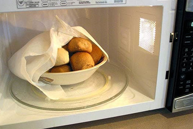 Reheat bread in the microwave without producing hockey pucks